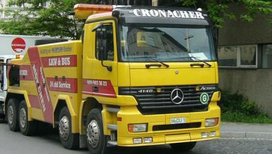 Un Daewoo Matiz, a punto de ser arrollado por un camión
