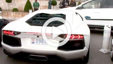 Empotra su Lamborghini Aventador aparcando