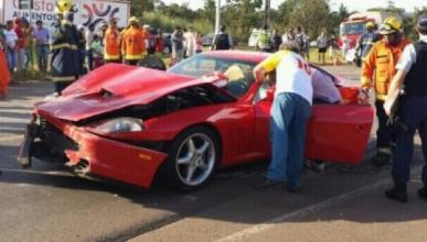 Un Ferrari 550 destrozado tras chocar con un Volkswagen