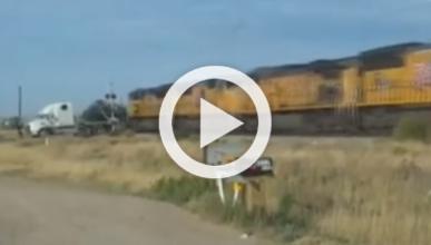 Un tren destruye un camión colocado en medio de la vía