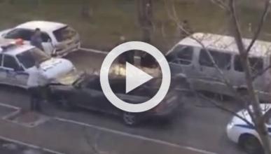 Conductor ruso consigue escapar de la Policía entre tiros