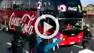 Una mujer, a punto de ser atropellada por el bus de Chile