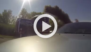 Un camión Kenworth le saca los colores a un BMW M5