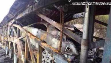 Un trailer con vehículos de lujo, totalmente quemado