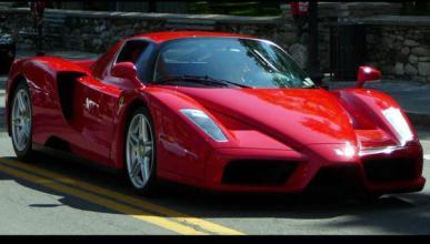 Dos empleados de un concesionario estrellan un Ferrari Enzo