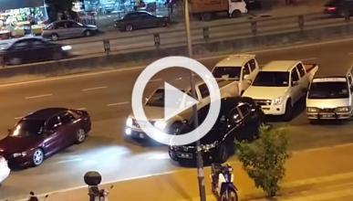 Aparta un coche en doble fila a empujones