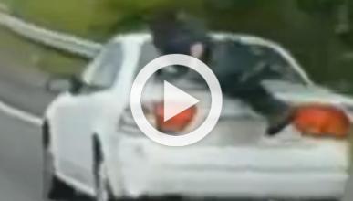 Un hombre subido al maletero en plena autopista