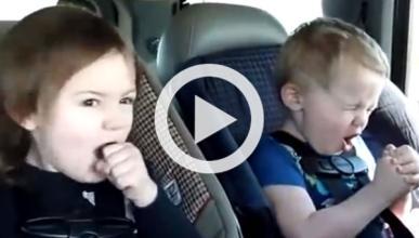 Dos niños cantan 'heavy metal' en el coche