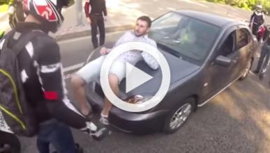 Unos motoristas atacan a un conductor por una buena razón