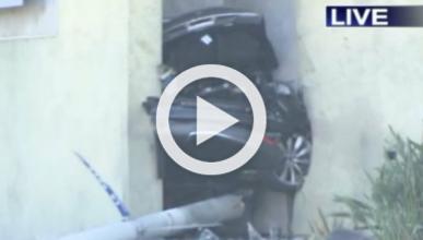 Roba, estrella e incendia un Tesla Model S