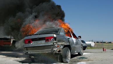 Se incendia su coche mientras duerme en el maletero