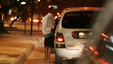 Simula el robo del coche para que su novio falte al trabajo