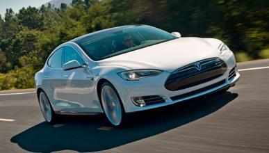 Estrella su Tesla Model S al salir del concesionario