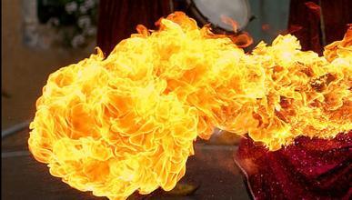 Mujer se quema las manos al incendiarse su coche