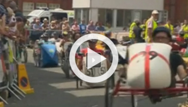 Una original carrera de coches a pedales en Reino Unido