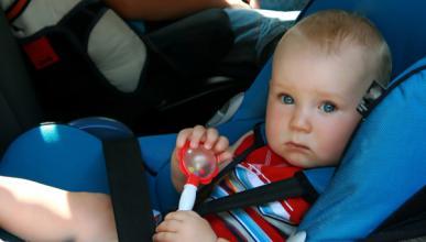 Un niño de tres años estrella el coche de sus padres