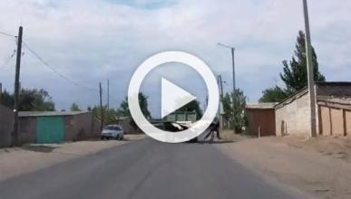 Un camionero 'juega al pinball' con un ciclista