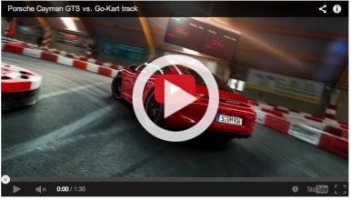 Un Porsche Cayman GTS se divierte en una pista de karts