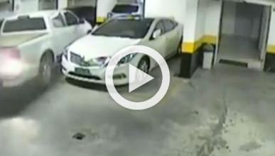 Un hombre empotra su coche contra otro al aparcar