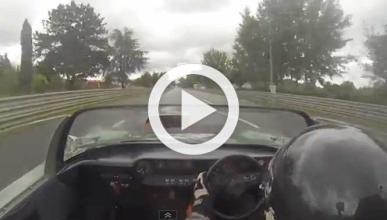 Un Ford GT40 Roadster de 1965 rueda en Le Mans sobre mojado