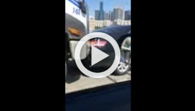 Hormigonera choca contra un coche y circula con él pegado