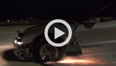 Un Pontiac Trans Am revienta una rueda a 225 km/h