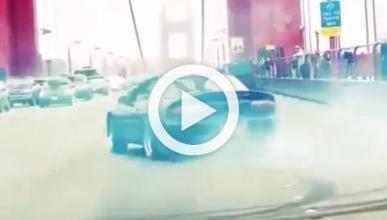 Un Chevrolet Camaro haciendo 'donuts' en el Golden Gate