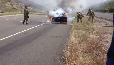 Un Ferrari comienza a arder mientras circula por Valladolid
