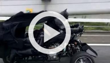 Batman recorre las carreteras de Japón en moto