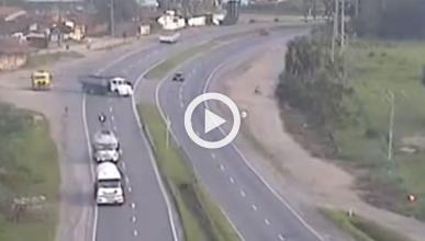 Un motorista sobrevive al choque frontal con un camión