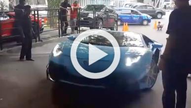 Un Lamborghini Aventador en apuros, ¡para subir una rampa!
