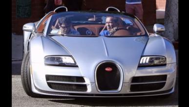 Arnold Schwarzenegger conduce un Bugatti Veyron
