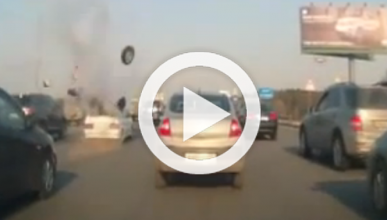 Vídeo: algo explota en un coche en mitad de la autopista