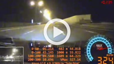 Un Nissan GT-R revienta una rueda a 327 km/h
