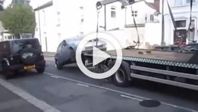 Vídeo: baja su coche de la grúa, ¡en marcha!