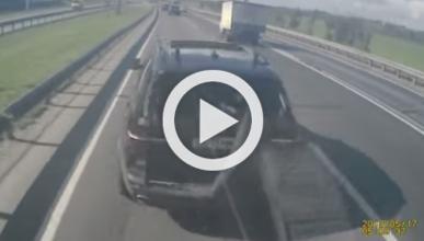 Frena de golpe con su BMW X5 en medio de la autopista