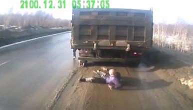 Un hombre ruso, a punto de ser aplastado por un camión