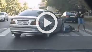 Vídeo: atropella a un peatón por cruzar demasiado despacio