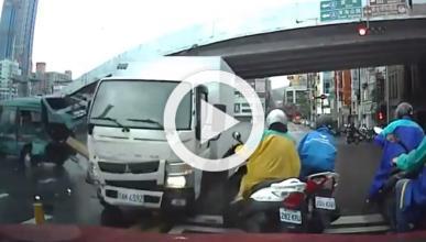 Dos furgonetas están a punto de atropellar a un motorista