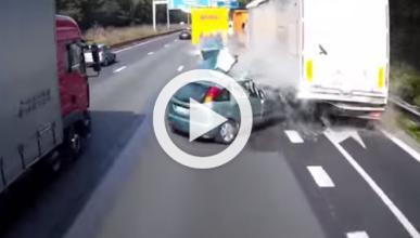 Esta conductora choca y es embestida, luego, por un camión