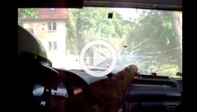 Vídeo: un piloto de rally, a punto de morir empalado