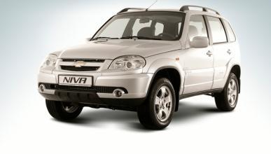 Un Chevrolet Niva es engullido por una carretera en Ucrania