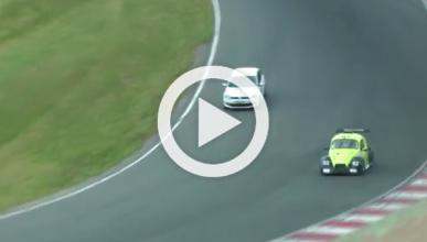 Un conductor se cuela en medio de una carrera de coches