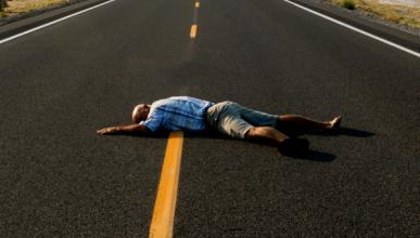 Un hombre se atropella la cabeza con su propio coche
