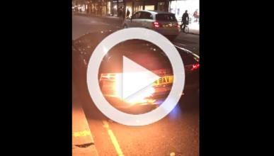 Tres acelerones y este Lamborghini Aventador sale ardiendo