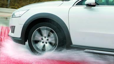 ¿Sabes conducir sobre suelo mojado?