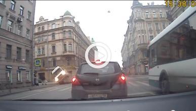 Vídeo: dos peatones se salvan por poco de ser arrollados