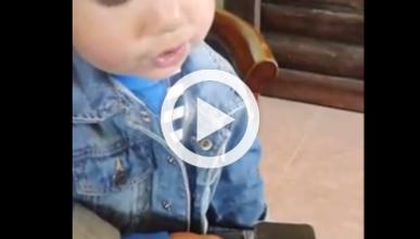 Niño de 2 años reconoce los logos de las marcas de coches