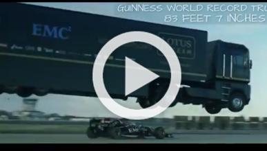 Récord: el camión de Lotus da el salto más largo del mundo