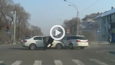 Vídeo: choca, y sale corriendo (literalmente)